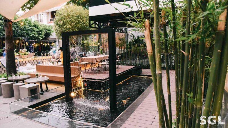 Mẫu thiết kế quán cafe sân vườn đơn giản có hồ cá Koi
