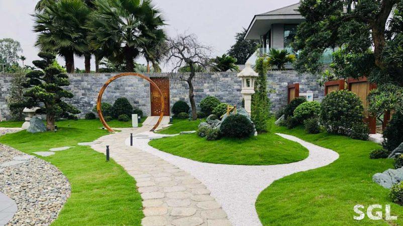 Đá hoặc gạch lát sân vườn thường có bề mặt nhám và sần sùi để chống trơn trượt