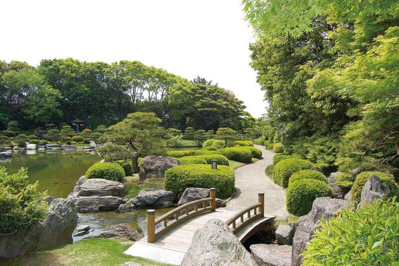 Vườn tự nhiên Nhật Bản - Hồ nhân tạo cùng với cây, đá và thảm thực vật
