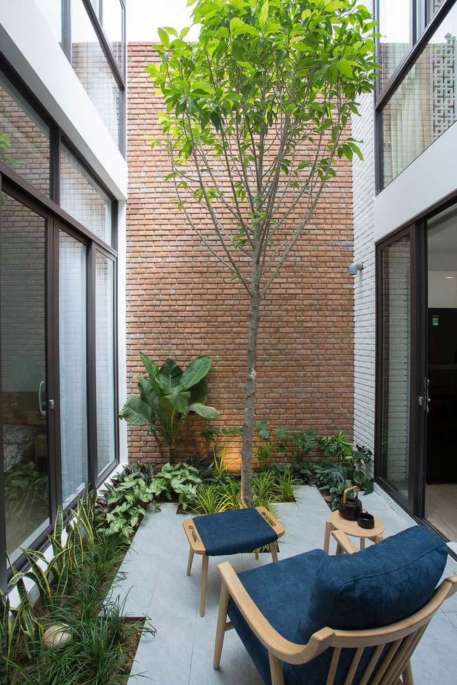 góc thư giãn bên cạnh sân vườn nhỏ trong nhà