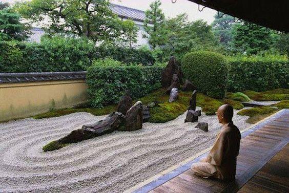 nhà sư tĩnh tâm bên cạnh vườn thiền