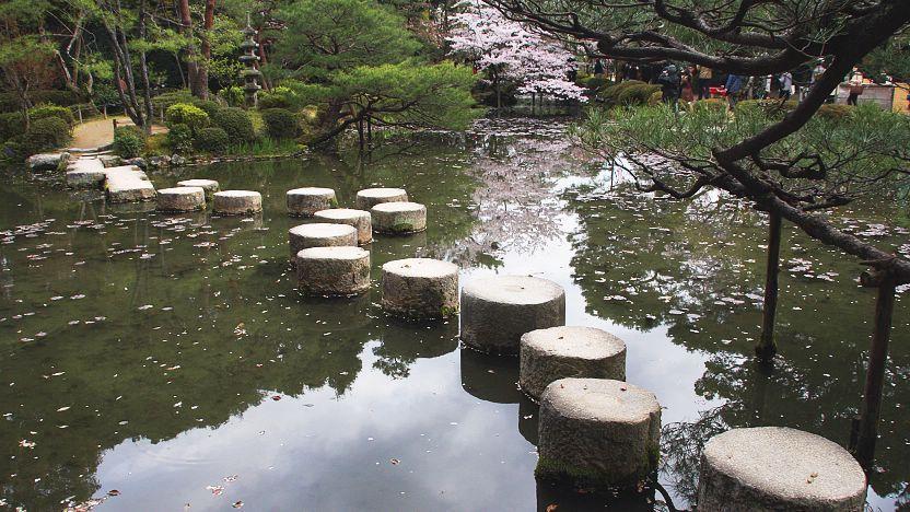 Một kiểu lối đi độc đáo bằng đá trụ băng qua hồ nước