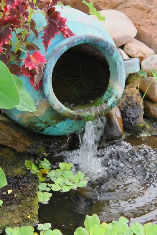 Thác nước trên gốm - đá - chum - lu hoặc trong hồ cá