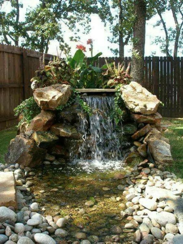 Tiểu cảnh non bộ thác nước được thiết kế đơn giản bằng đá cuội