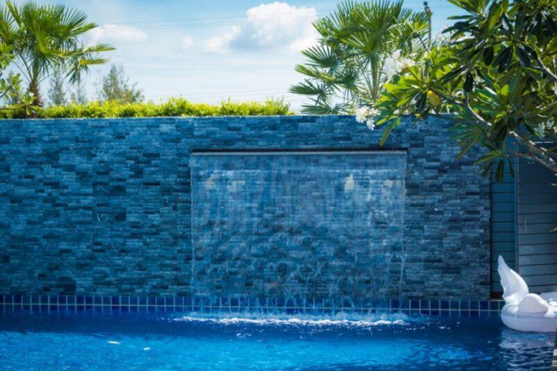 Mẫu thác nước trên tường trong hồ bơi khu nghỉ dưỡng