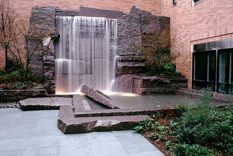 Mẫu tiểu cảnh thác nước trên tường bằng đá tảng lớn
