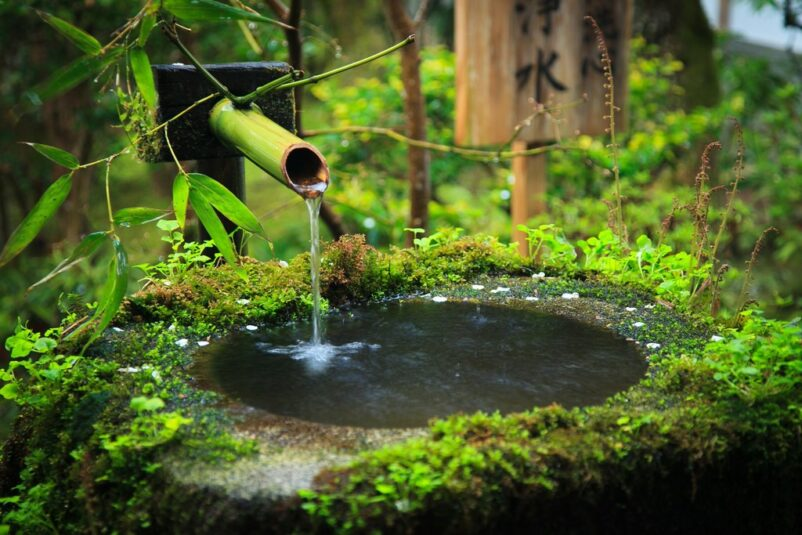 Tiểu cảnh thác nước vườn Nhật Tsukubai đơn giản