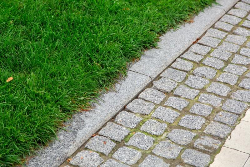 Lối đi lát đá hoa cương có độ bền lên đến hàng chục năm
