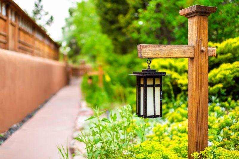 Thân của đèn cột có thể làm bằng gỗ hoặc bất cứ vật liệu nào mà bạn thích
