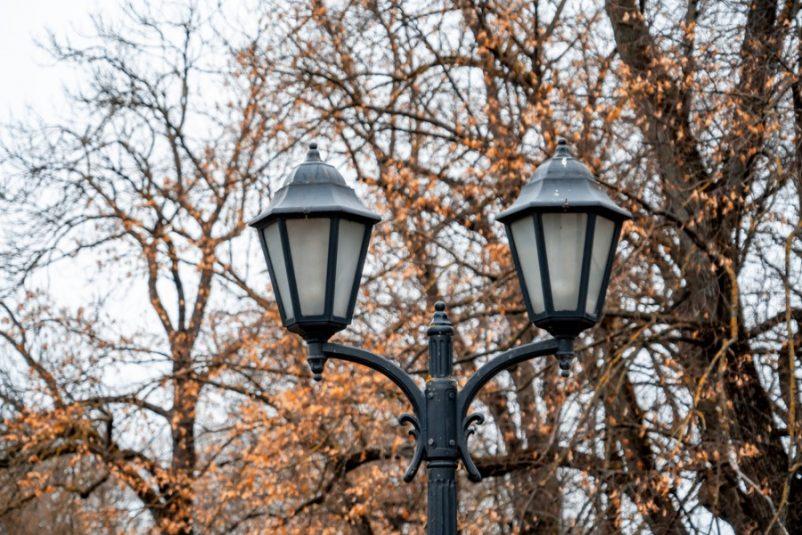 Đèn cột sân vườn hai bóng đối xứng mang phong cách cổ điển Châu Âu
