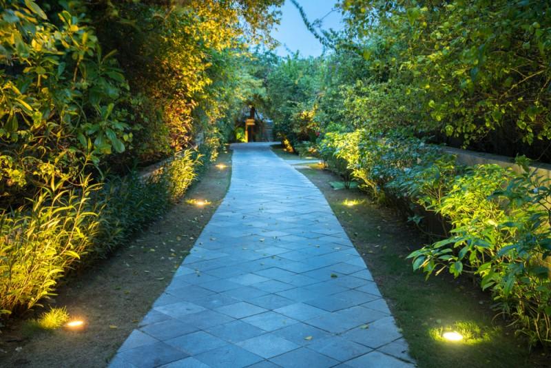 Đèn LED âm đất được sử dụng để chiếu sáng hai bên lối đi trong sân vườn