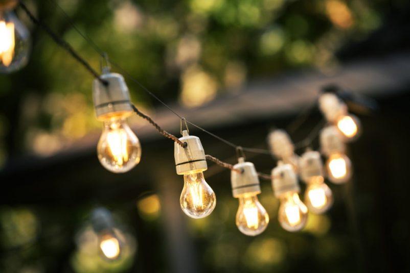Ngoài đèn led treo, thì đèn treo sợi đốt mang lại ánh sáng vàng ấm cúng và gần gũi