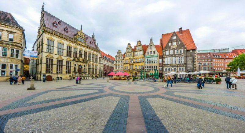 Quàn trường Marktplatz ở thành phố Bremen - Đức được xây dựng từ năm 1641 vẫn còn giữ được nhiều công trình kiến trúc lâu đời đến ngày nay