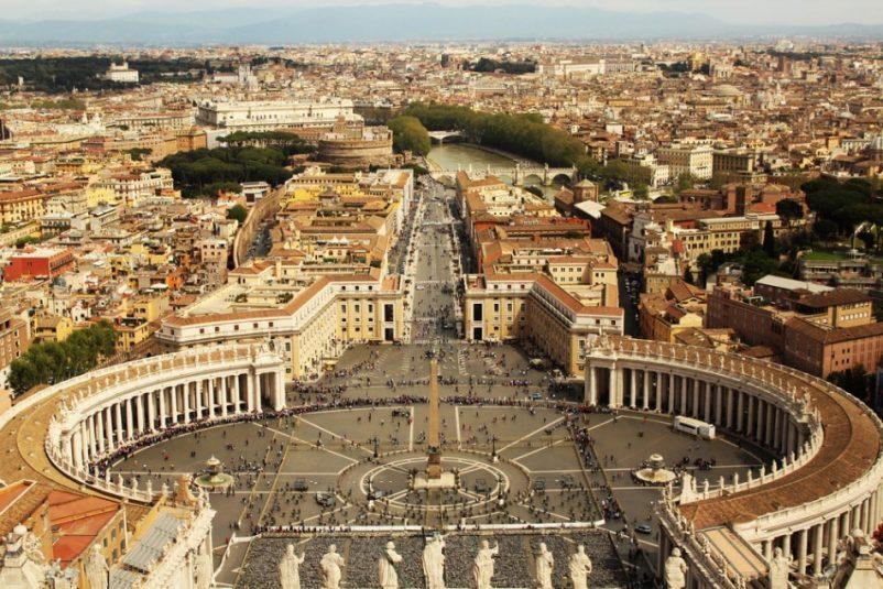Quảng trường Thánh Peter (Phê-rô) là một công trình biểu tượng của Giáo hội Công Giáo La Mã